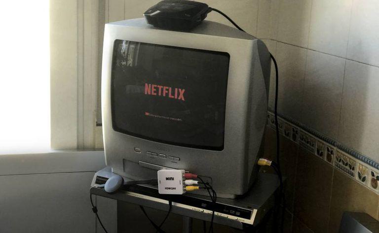 Um pequeno adaptador permite visualizar as plataformas de vídeo 'online' nos velhos televisores.