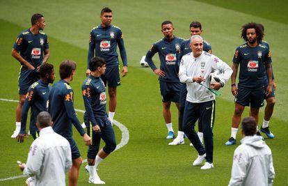 Jogadores da seleção treinam com Tite em Liverpool.