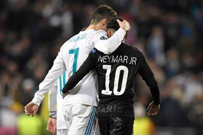 Cristiano Ronaldo abraça Neymar ao fim da partida.