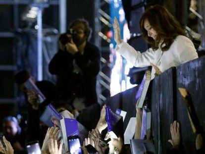 A ex-presidenta da Argentina reúne milhares de pessoas na Feira do Livro de Buenos Aires para o lançamento de 'Sinceramente', seu livro de memórias que já vendeu 250.000 exemplares