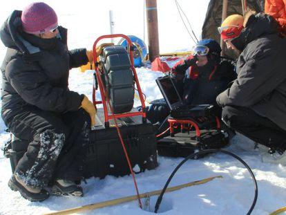 Especialistas coletam amostra de gelo na Groenlândia.