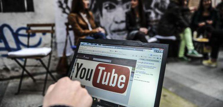 Um usuário mostra o logotipo do YouTube em seu computador, nesta sexta-feira em Istambul.