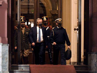 O presidente argentino, Alberto Fernández, ao deixar a Casa Rosada nesta quarta-feira.