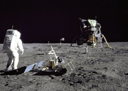 O astronauta 'Buzz' Aldrin caminha sobre a superfície lunar durante a missão Apolo XI, em 29 de julho de 1969.