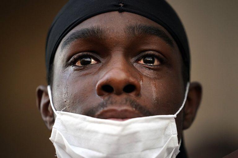 Manifestante chora em protesto do 'Black Lives Matter' em Liverpool, no Reino Unido.