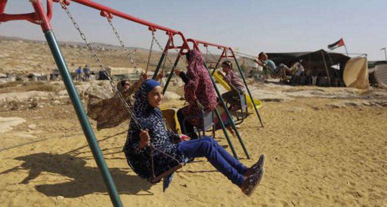 Crianças palestinas brincam em Susya na terça-feira.