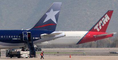 Aviões das linhas aéreas Tam e Lan, em Santiago do Chile.
