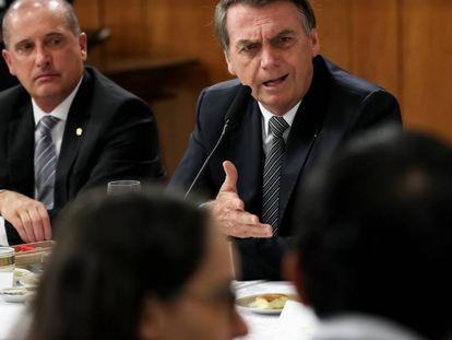 Bolsonaro e seu ministro Onyx, no café com os jornalistas.