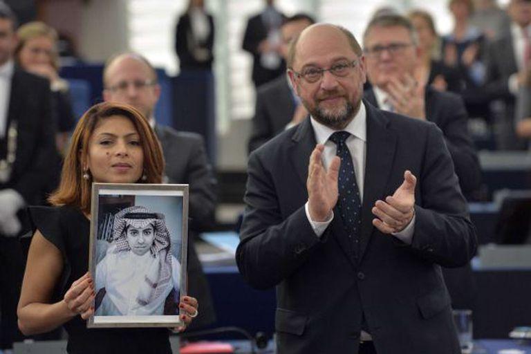 Ensaf Haidar exibe a foto de seu marido, Raif Badawi, ao lado do presidente da Parlamento Europeu, Martin Schulz.