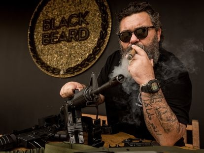 O empresário Newton Ramos com suas armas.