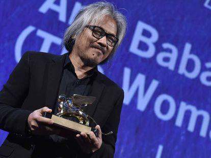 Diretor Lav Diaz com o Leão de Ouro.