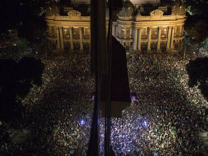 Milhares se reúnem em torno do Teatro Municipal, no Rio de Janeiro.