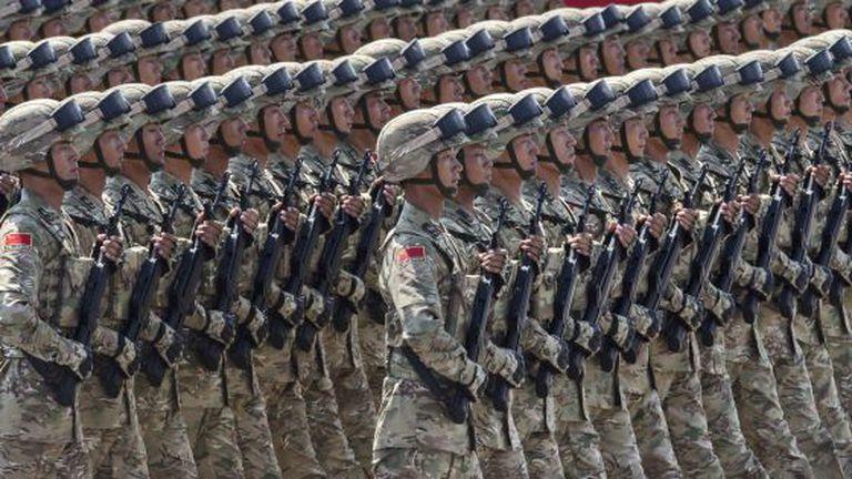 Soldados chineses desfilam pela praça de Tiananmen, em Pequim. Séc