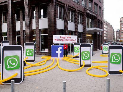 Protesto contra política de dados do WhatsApp em frente à sede da empresa em Hamburgo (Alemanha).