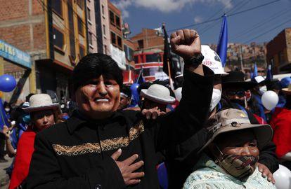 Manifestante usa máscara do ex-presidente Evo Morales passeata em apoio a Luis Arce, candidato do Movimento ao Socialismo, em 19 de setembro.