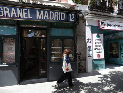 A loja Granel Madrid ao lado da máquina de vendas Japón Market 24h, na rua Embajadores, em Madri.