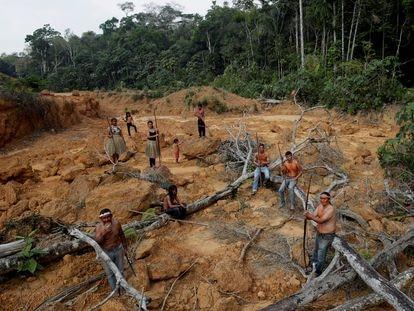 Indígenas da tribo Mura dentro de uma área desmatada da Amazônia.