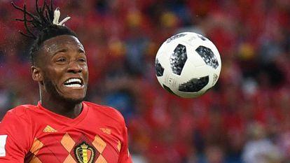 Atacante belga levou uma bolada ao comemorar o gol diante da Inglaterra.