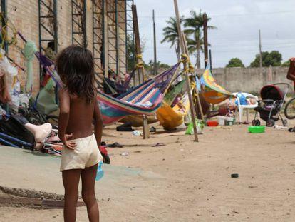 Indígenas venezuelanos no abrigo improvisado em Boa Vista.