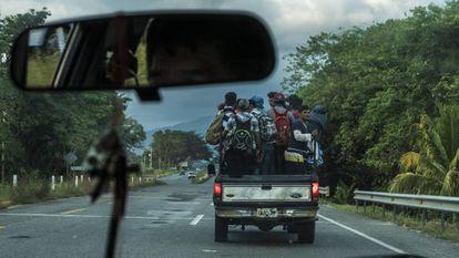Integrantes da caravana de imigrantes que percorre o México rumo aos EUA, na terça-feira.