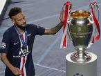 El jugador brasileño del PSG, Neymar, toca la copa de la UEFA Champions League, después de perder la final contra el Bayern Munich.