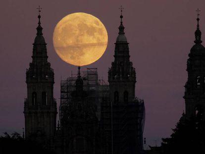 A lua neste domingo, em Santiago de Compostela.