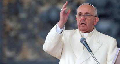O Papa Francisco abençoa os fiéis no Vaticano.