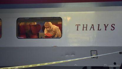 Polícia inspeciona um vagão do trem onde ocorreu o ataque, na sexta-feira, em Arras (França).
