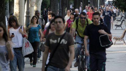 Pessoas caminhando e usando bicicletas para se locomover.