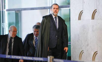 O presidente do STF, Antonio Dias Toffoli, é seguido por Celso de Mello e Marco Aurélio Mello ao entrar no plenário do tribunal no dia 10 de outubro.