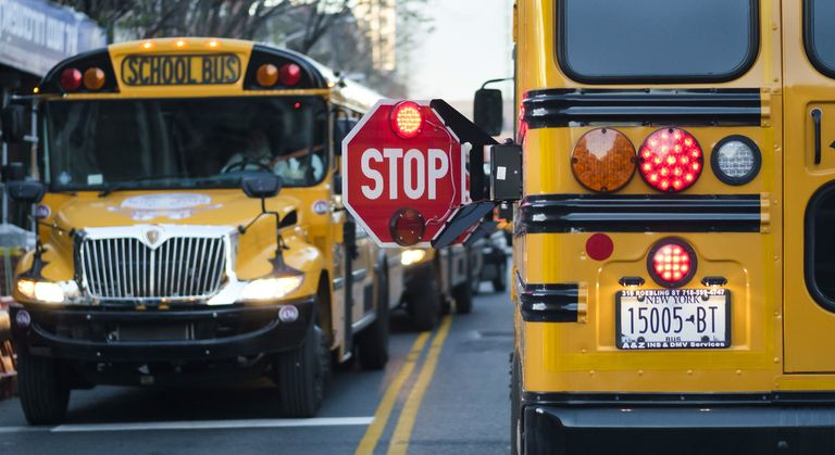 Ônibus escolar à porta de um colégio do Brooklyn (Nova York), em 6 de outubro.