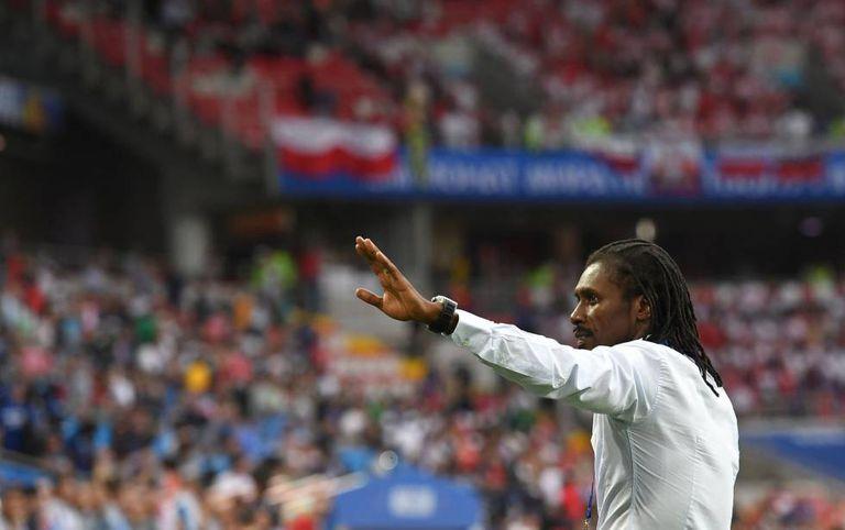 Aliou Cissé dirige o Senegal durante o jogo contra a Polônia em Moscou.