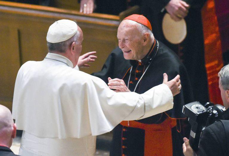 O papa Francisco (de costas) cumprimenta o cardeal e arcebispo emérito Theodore McCarrick, em setembro de 2015 em Washington.
