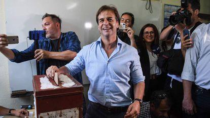 Luis Lacalle Pou vota neste domingo, no Uruguai.