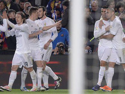 Cristiano Ronaldo comemora o gol da vitória junto com seus companheiros do Real Madrid.