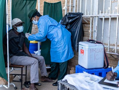 Homem recebe uma dose de vacina em Bulawayo, Zimbábue.