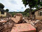AME5809. BELO HORIZONTE (BRASIL), 27/01/2020.- Vista este lunes, de los daños causados por el desbordamiento del río Das Velhas, tras las lluvias torrenciales, en Sabara, en la región metropolitana de Belo Horizonte, estado de Minas Gerais (Brasil). El número de muertos por las fuertes lluvias que castigan desde el jueves el estado brasileño de Minas Gerais (sudeste) llegó a 45 mientras que el de municipios declarados en estado de emergencia llegó a 101, informaron este lunes fuentes oficiales. EFE/ Yuri Edmundo