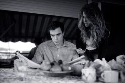 Sánchez lê notícias com a sua assessora de comunicação.