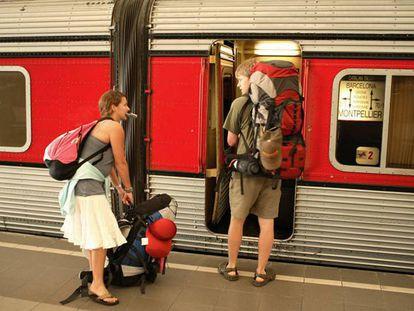 Um casal americano sobe a um trem em Montpellier.