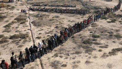 Migrantes africanos com destino à Europa aguardam a transferência para um centro de detenção em Sabratha, cidade costeira da Líbia.