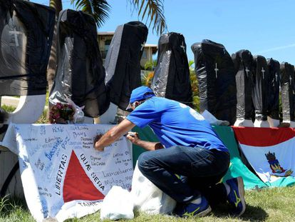 Cada uma das letras do letreiro da cidade foi envolta por um saco preto de lixo e um sinal de cruz em homenagem às vítimas da tragédia.