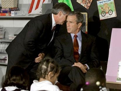 O presidente dos Estados Unidos, George Bush, é informado de que um segundo avião se chocou contra o World Trade Center, no 11 de setembro de 20 anos atrás, durante um ato em uma escola primária em Nova York.