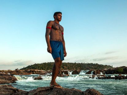 Giliard Juruna, cacique da aldeia Mïratu, é uma das principais lideranças na luta contra a morte da Volta Grande do Xingu, onde vive o seu povo. Na foto, feita em 2015, ele está na cachoeira sagrada do Jericoá.