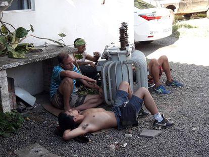 Presos foram flagrados algemados em um transformador a óleo em pátio de uma delegacia em São Leopoldo (RS).