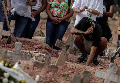 Mulher vítima de covid-19 é sepultada em um cemitério no Rio de Janeiro, na terça-feira, momento em que o país registrou 4.195 mortes em 24 horas.