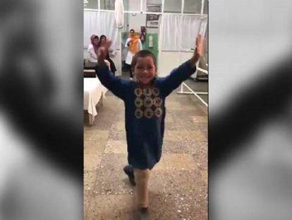 A feliz dança de uma criança afegã com sua nova perna ortopédica