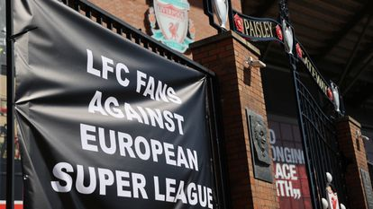 """""""Torcedores do Liverpool contra a Superliga europeia"""", diz cartaz colocado a frente do estádio do clube inglês."""