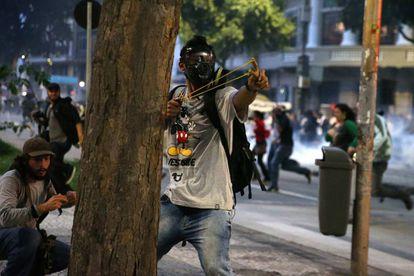 Manifestantes enfrentam a polícia no Rio.