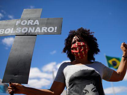 Ativista da Coalizão Negra por Direitos participa de ato em frente ao Congresso Nacional no dia 12 de agosto, quando o grupo apresentou pedido de impeachment contra Bolsonaro.