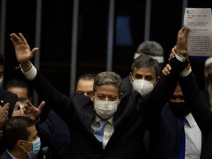 Arthur Lira, ao centro, celebra vitória na eleição da Câmara.